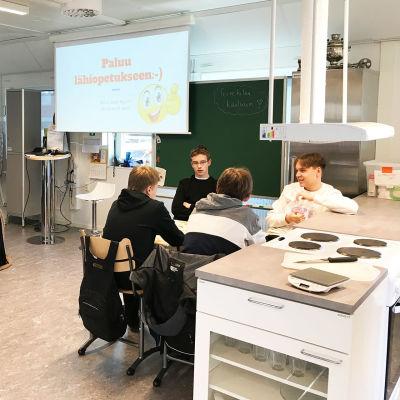 Yhdeksäsluokkalaisia Rovaniemen Napapiirin yläasteen kotitalouden oppitunnilla.