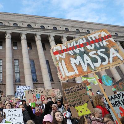 unga demonstrerar utanför riksdagen