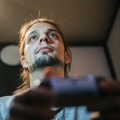 Niko Hyttinen pelaa uudella Playstation 5 pelikonsolilla.