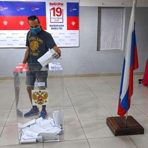 Venäläinen äänestäjä vaalihuoneella duuman vaaleissa sunnuntaina.