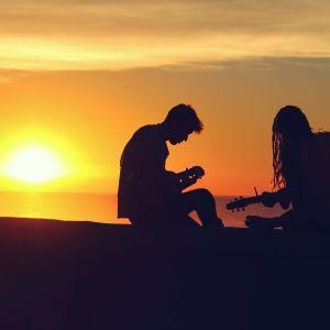 Två musiker i solnedgången