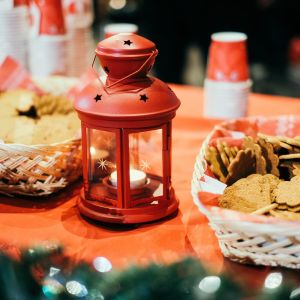 ett julbord med pepparkakor och jullykta