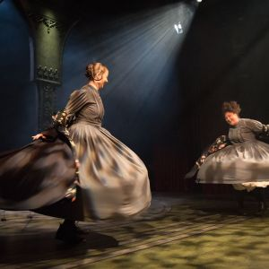 Kajsa Ek och Tuuli Heinonen i Jane Eyre.