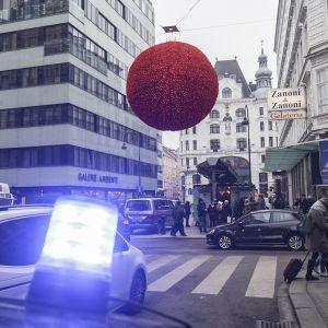Beväpnade österrikiska poliser håller utkik i centrala Wien.