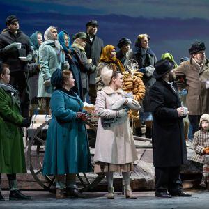 Kuva Jaakko Kuusiston säveltämästä Jää-oopperasta Kansallisoopperassa 2019. Lavalla ryhmä laulajia.