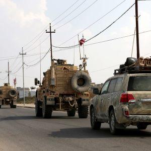 Yhdysvaltain sotilasajoneuvoja tiellä.