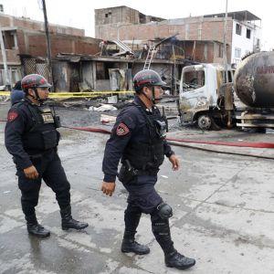 Poliiseja Perun pääkaupungissa Limassa onnettomuuspaikalla, jossa maakaasua kuljettanut säiliöauto räjähti torstaina.