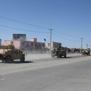 Sotilasajoneuvoja tiellä Ghaznissa, Afganistanissa.