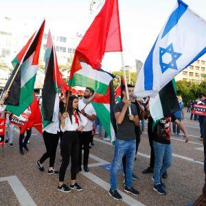 Mielenosoittajia on kokoontunut Rabinin aukiolle Tel Avivissa vastustamaan Länsirannan liittämistä Israeliin.