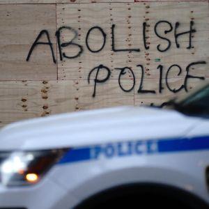 """New Yorkissa mielenosoittajat kirjoittivat laudattuun ikkunaan """"lakkauttakaa poliisi""""."""