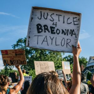 Ihmiset osoittavat mieltä poliisi ampuman Breonna Taylorin muistolle Minneapolisissa.