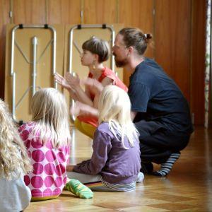 Barn som sitter i en ring