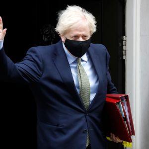 Britannian pääministeri Boris Johnson poistumassa virka-asunnostaan.