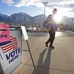 Ihminen kävelee kohti äänestyspaikkaa.