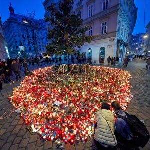 Suuri määrä kynttilöitä kadulla