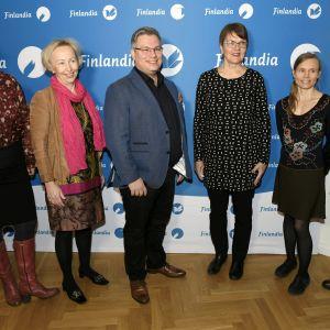 Sex Finlandianominerade författare poserar för pressen framför Finlandiaprisets reklamvägg.
