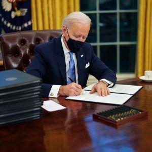 Joe Biden työpöydän ääressä
