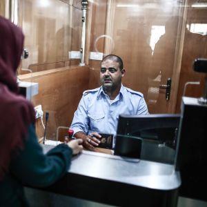 nainen passintarkastuksessa