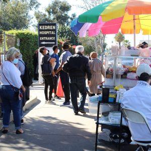 Kedren Community Care -klinikalle jopa ajanvarauksen saaneet joutuvat odottamaan rokotetta tuntikausia.