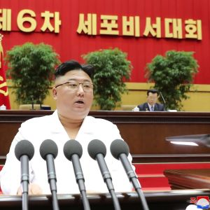 Kim Jong-un puhujakorokkeella.