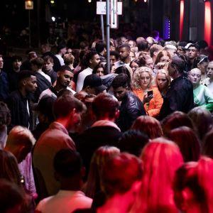 Ihmisjoukko illalla