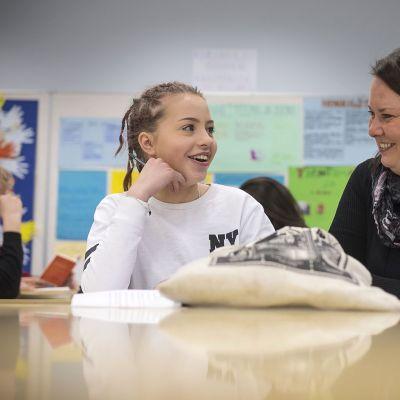 Melissa Nygård ja erityisopettaja Tiina Vitka Kiviniityn koulussa.