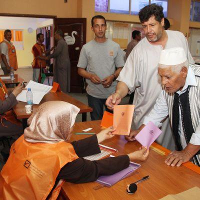 Libyalaisia äänestämässä parlamenttivaalien alla Tripolissa, 25 toukokuuta 2014.