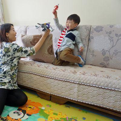 Ding Pengqin lempilelu on supersankari Ultraman, jonka avulla äiti Yu Chunyan opettaa myös käyttäytymistä.