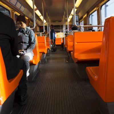 Matkustajia metrossa