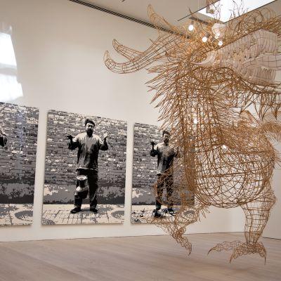 Ai Weiwein teoksia Helsinkiläisessä galleriassa.