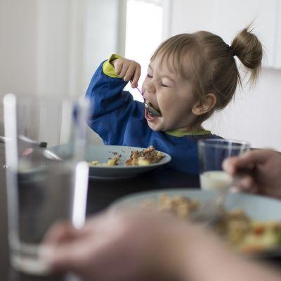 Kuvassa lapsi syö lounasta.