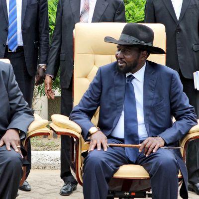 Huhtikuussa 2016 otetussa kuvassa Etelä-Sudanin presidentti Salva Kiir (oikealla) juttelee Riek Macharin (vas.) kanssa.