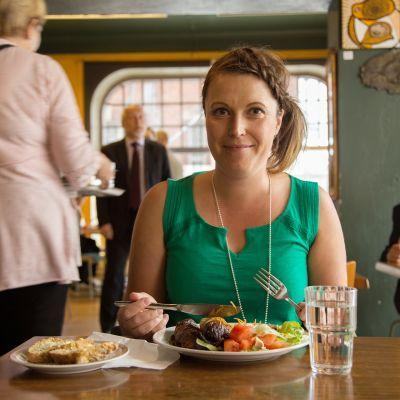 Lounasta kuvassa syömässä Johanna Ritala.