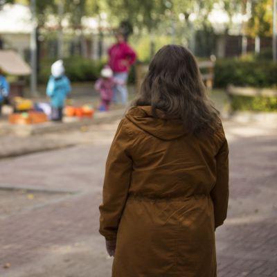 nainen katsoo päiväkotilapsia