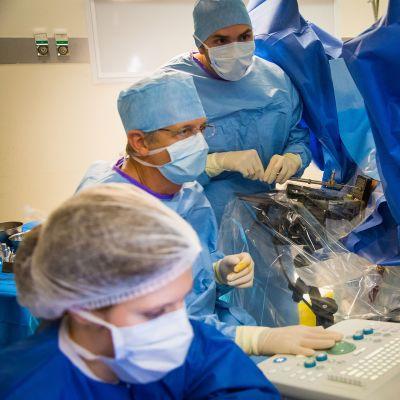 Lääkärit antavat sädehoitoa eturauhassyöpäpotilaalle Ranskassa.