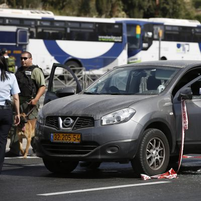 Israelilasia poliiseja rikospaikalla Sheikh Jarrah'ssa Itä-Jerusalemissa sunnuntaina 9. lokakuuta.