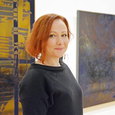 Tiina Pyykkinen seisoo Tampereen Taidemuseossa.