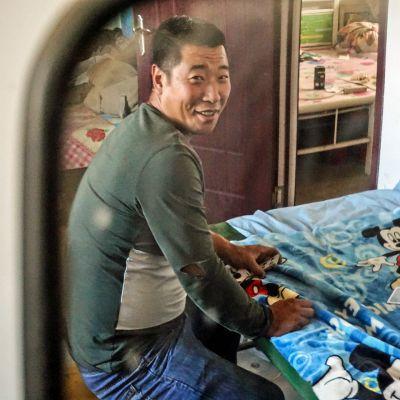 Yu Guoyu pelaa korttia.