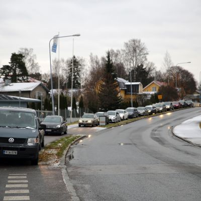 Autojono renkaanvaihtopisteeseen Helsingissä.