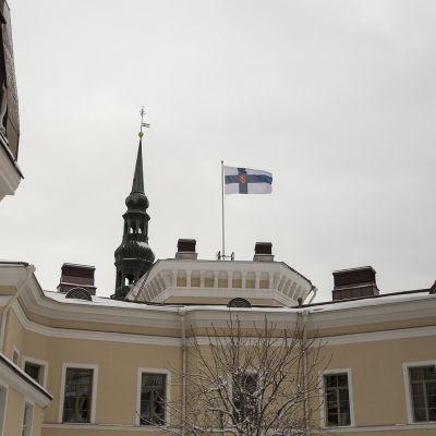 Suurlähetystön sisäpiha ja Suomen lippu katolla.