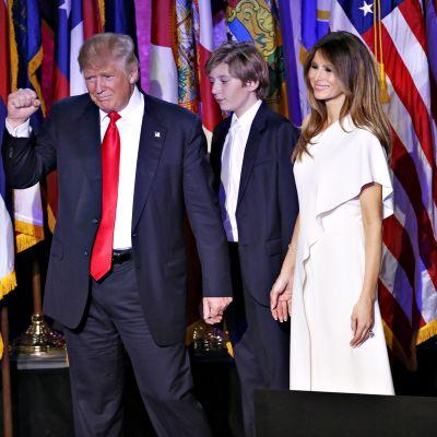 Donald Trump Barron-poikansa ja Melania-vaimonsa kanssa vaalivalvojaisissaan 8. marraskuuta.