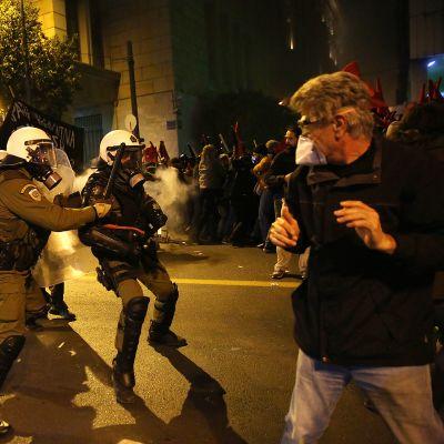 Mielenosoittajia ja mellakkapoliseja Ateenassa Barack Obaman vierailun aikana.