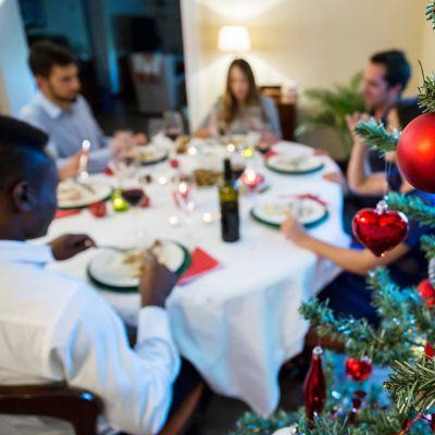 ihmisiä joulupöydässä