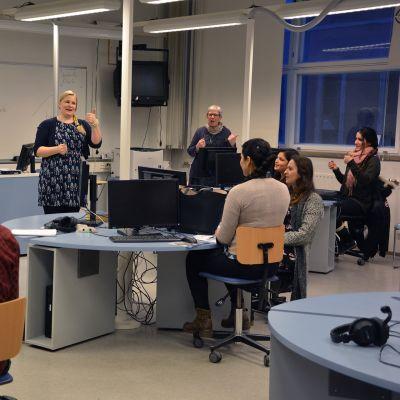 Maahanmuuttajat opettelevat suomea laulamalla