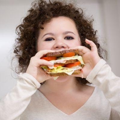 Lapsi syö sämpylää