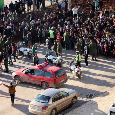 Ihmisiä evakuoidaan Aleppossa