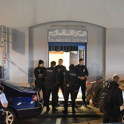 Poliiseja rukoushuoneen edustalla Zürichissä maanantaina.