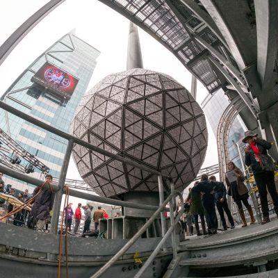suuri kristallipallo, ihmisiä ympärillä