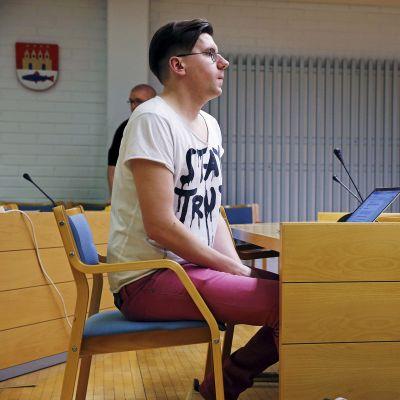Perussuomalaiset Nuoret ry:n entinen puheenjohtaja Sebastian Tynkkynen Oulun käräjäoikeudessa keskiviikkona 11. tammikuuta.