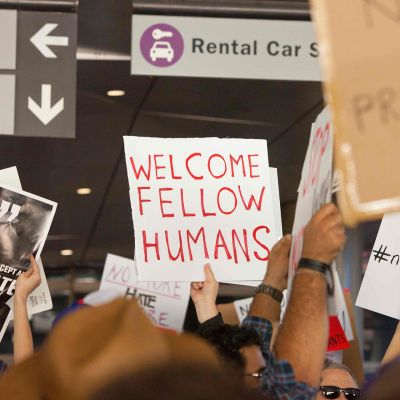 Ihmiset osoittivat mieltään maahantulokieltoa vastaan Los Angelesin kansainvälisellä lentokentällä 29. tammikuuta.